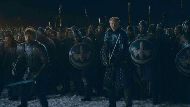 Jaime Lannister et Brienne, nouvellement chevalier, s'apprêtent à réceptionner la...