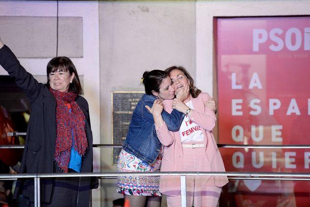 Carmen Calvo se abraza con Adriana Lastra en el balcón de Ferraz, en presencia de Cristina
