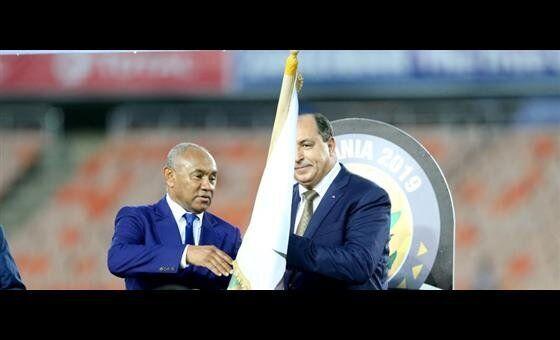 La remise symbolique du drapeau de la CAF a eu lieu sur le podium avec le président, Ahmad Ahmad,...
