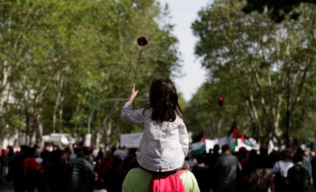 Una niña levanta un clavel, en el aniversario de la Revolución de 1974, en