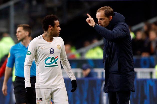 Neymar frappe un supporter,