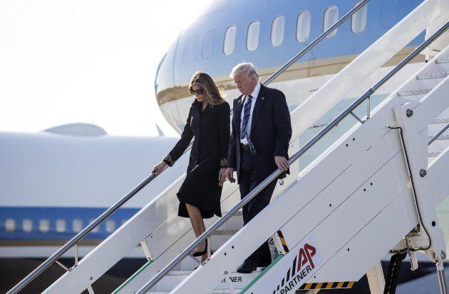 Donald Trump cerca di nuovo la mano di Melania, ma lei si