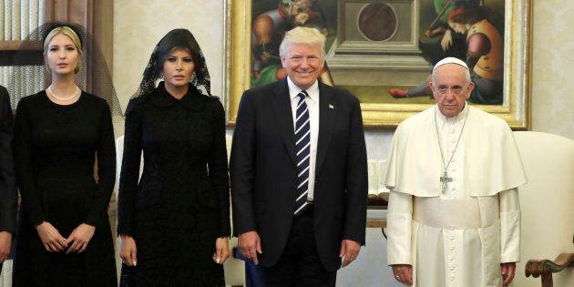 La foto ufficiale della visita di Donald Trump a Papa Francesco dice tutto  | L'HuffPost