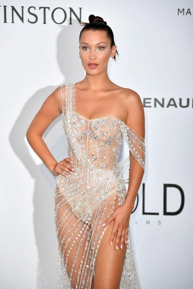 Bella Hadid praticamente nuda sul red carpet del Festival di