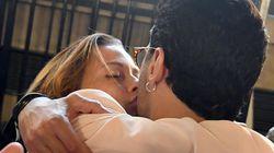 Baci alla fidanzata, abbracci all'avvocato, pugni sul tavolo. Corona festeggia la sentenza nel suo