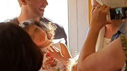 La foto di Chris Martin che canta insieme ai bambini malati di Milano vale più di qualsiasi