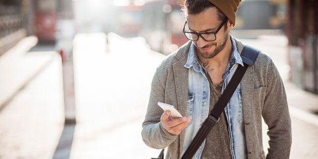 Lo smartphone ha cambiato il nostro modo di camminare, avanziamo più lenti e con i piedi più