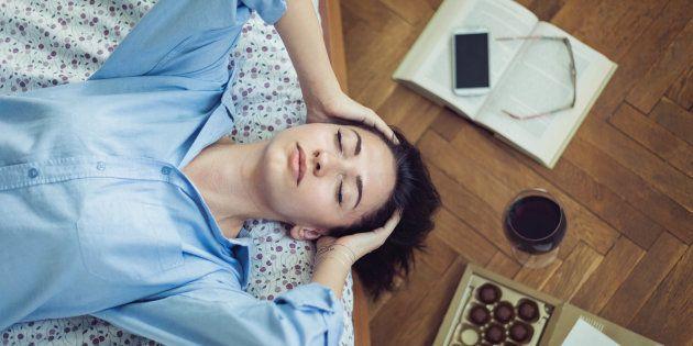 L'alcol altera il sonno. Questi 5 consigli ti aiuteranno a dormire (e a