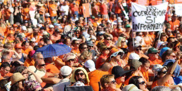 Circa 10mila persone in maglietta arancione, arrivate da tutta Italia, hanno preso parte a Pesaro, al...