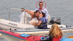 Trudeau si congratula con una coppia di sposi in mare e la faccia del marito fa impazzire