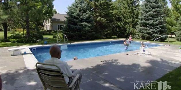 A 94 anni costruisce una piscina per tutti i bambini del vicinato: