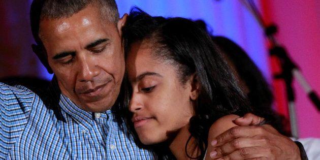 Michelle e Barack Obama salutano Malia per il primo giorno di college e non riescono a trattenere