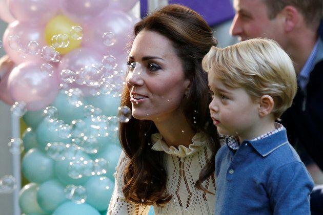Il primo giorno di scuola, George verrà accompagnato per mano da Kate e William (per una precisa