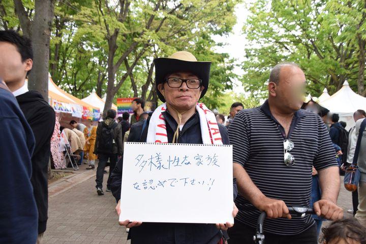 「結婚の自由を全ての人に」のタオルを首にかけてインタビューに答えてくれたGさん。Gさんの心からの願いは日本で、世界で、「多様な家族が認められること」です。