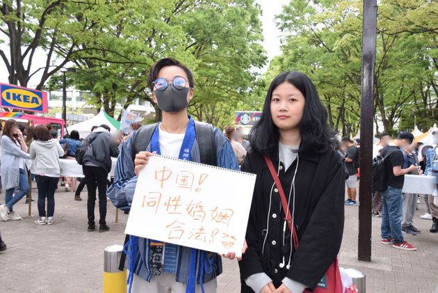 日本語学校で学ぶ、中国出身のヨウ イチさん(左)とカ