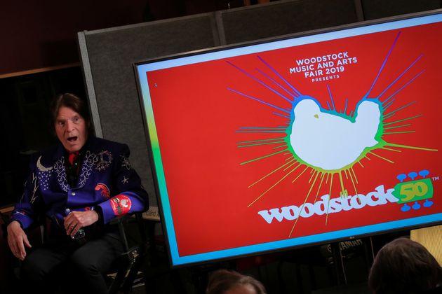 Cantor John Fogerty durante evento de anúncio do festival que celebraria 50 anos de Woodstock...