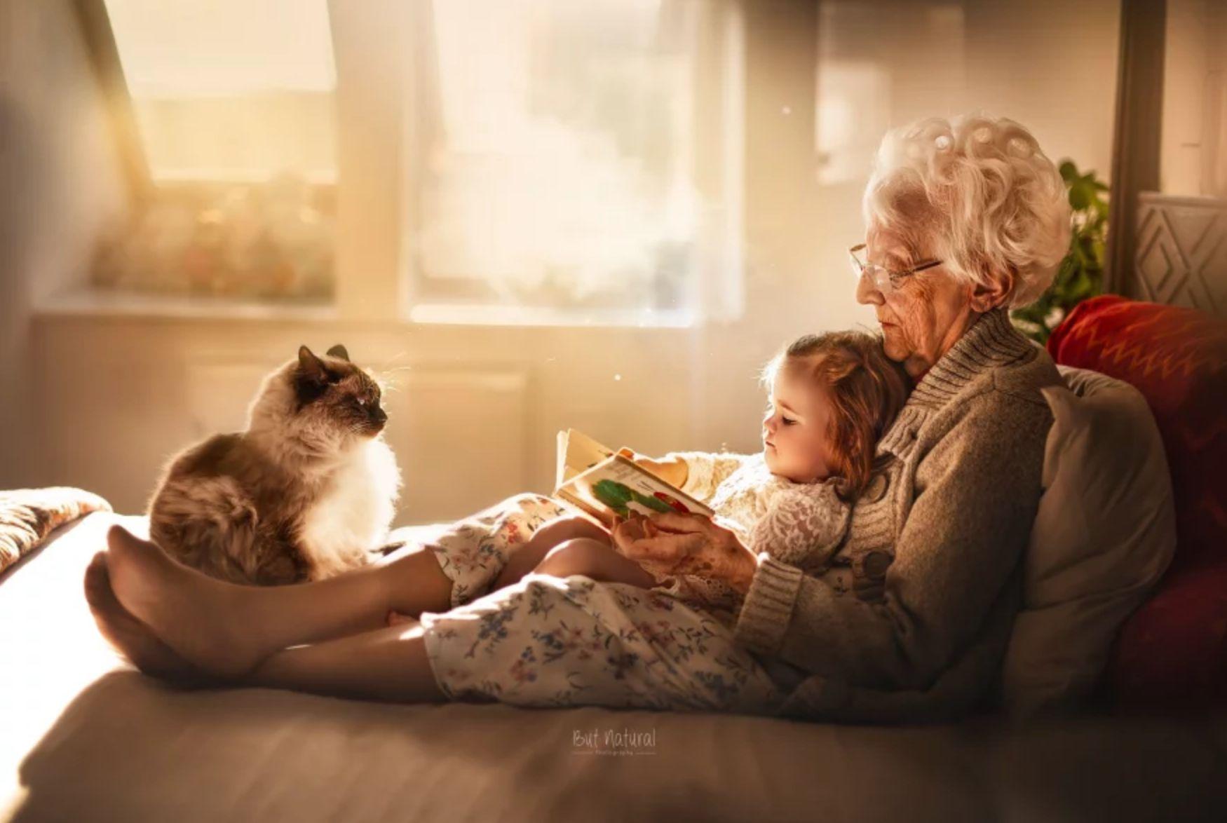 Uma avó e sua netinha leem um bom livro, sentadas em um lugar