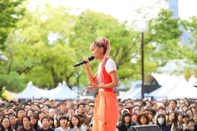 青山テルマ、東京レインボープライドで歌う
