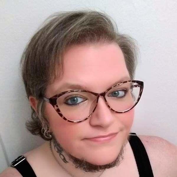 얼굴 면도를 그만두고 수염 난 여성으로 살기로 한