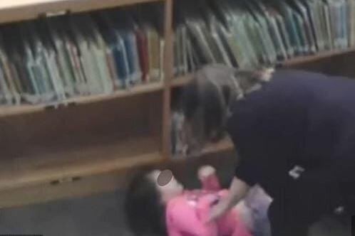 Δασκάλα κλωτσάει 5χρονο κοριτσάκι που είναι πεσμένο στο πάτωμα μέσα στη βιβλιοθήκη του σχολείου στις