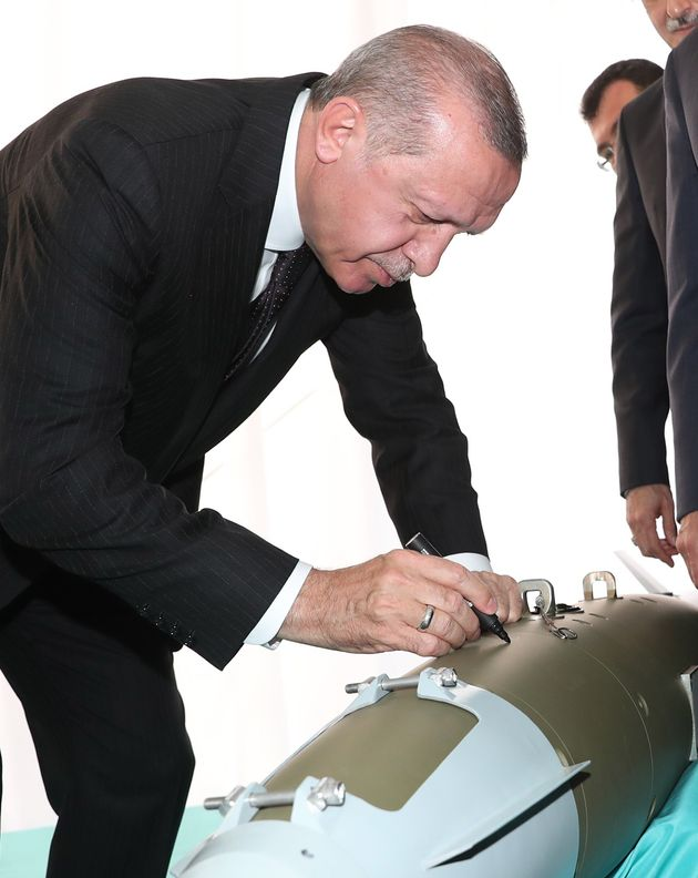 Ο Ερντογάν βάζει «αυτόγραφο» πάνω σε τμήμα οπλισμού αεροσκάφους F-35 που παράγεται στην Τουρκία.