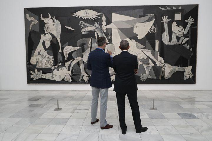 Felipe VI y Barack Obama observando el 'Guernica' en el Museo Reina Sofía.