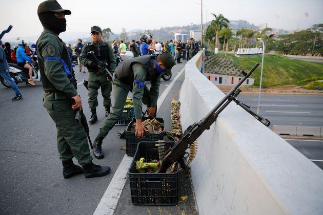 Εικόνες έξω από την αεροπορική στρατιωτική βάση La Carlotta στο Καράκαςόπου εθεάθη ο Χουάν Γκουαϊντό (30 Απριλίου)