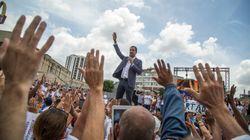 Ao lado de militares, Guaidó diz ter apoio para pôr fim à 'usurpação do poder' na