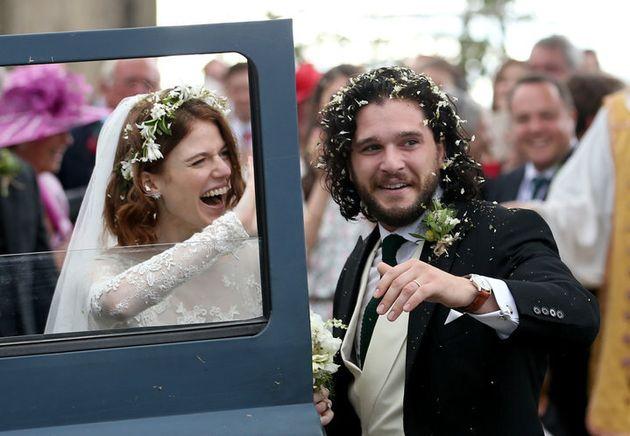 Kit Harington y Rose Leslie a la salida de la iglesia justo después de