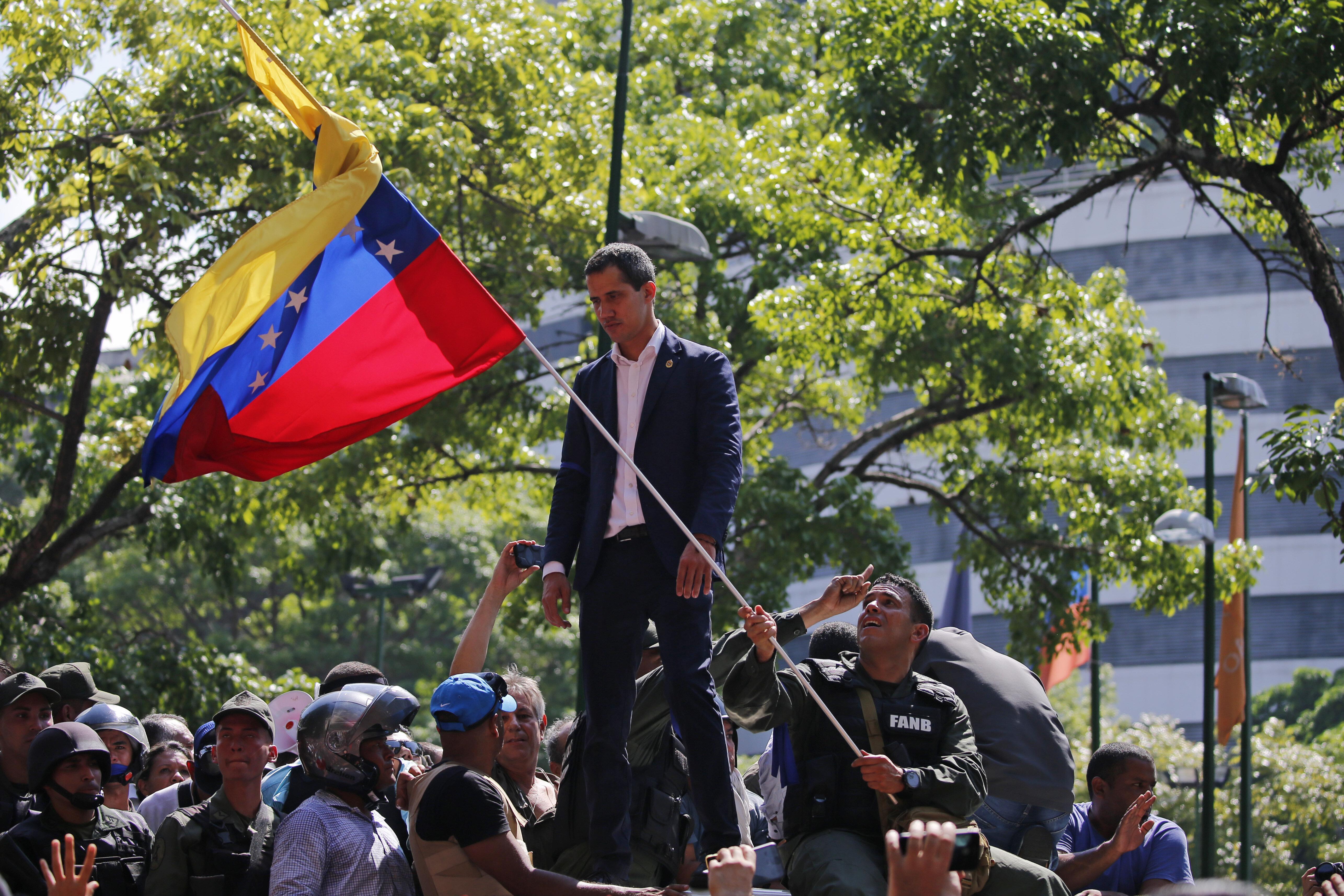 Bolsonaro diz apoiar 'liberdade' da Venezuela após Guaidó convocar população contra