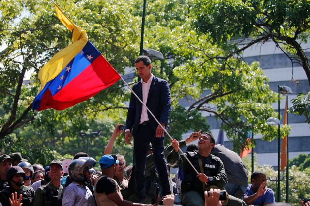 Juan Guaidó, nas ruas de Caracas, após anunciar ter apoio de militares dissidentes e convocar...