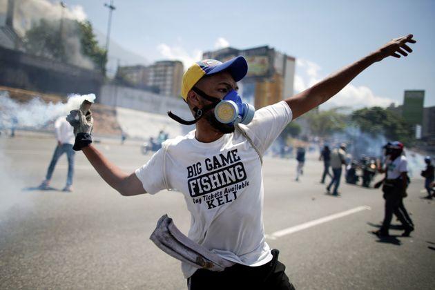 Oposição e regime convocam população às