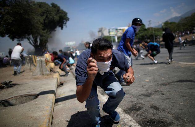 Des soutiens de Juan Guaido affrontent les forces de l'ordre loyales à Nicolas Maduro, à...