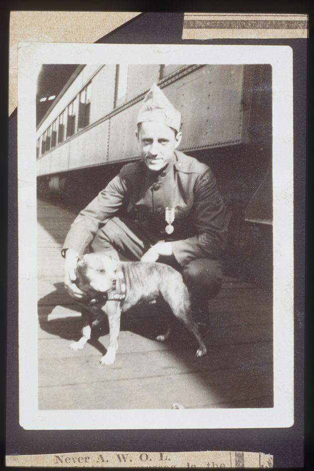 Le chien Stubby et son maître d'adoption, le caporal J. Robert Conroy autour de
