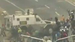 Οχημα του στρατού πέφτει πάνω στους διαδηλωτές στη