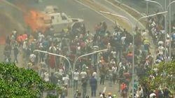 Au Venezuela, un blindé du gouvernement roule sur des