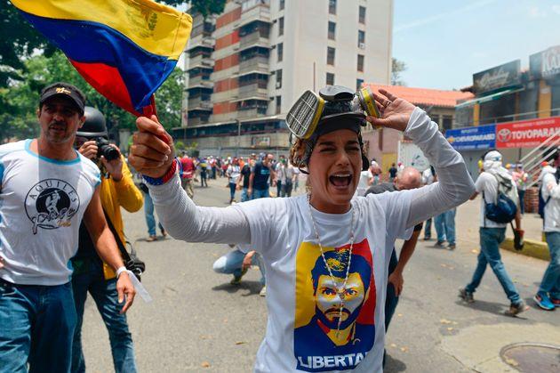 Lilian Tintoti, protegiéndose de los gases lacrimógenos en una manifestación antichavista,...