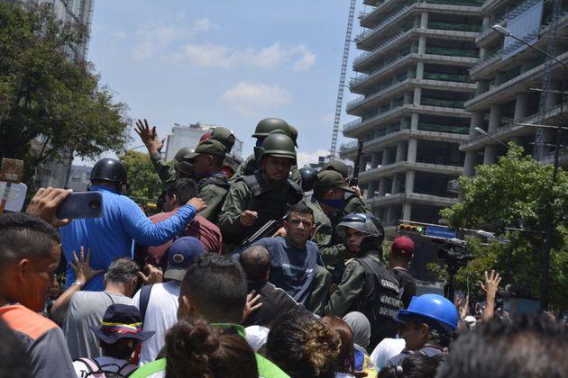 Des militaires rejoignant le camp de Juan Guaido, à Caracas au Venezuela, le 30 avril