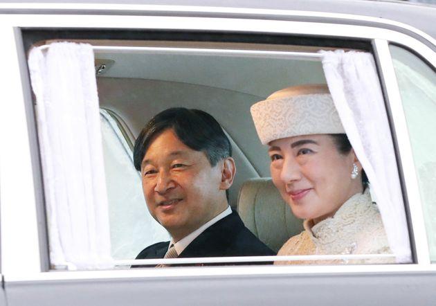 皇居を出られる皇太子ご夫妻=30日午後、皇居・半蔵門
