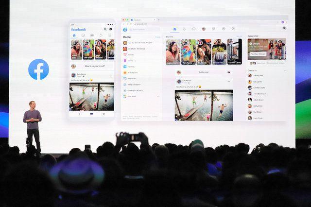 フェイスブック(FB)のザッカーバーグ最高経営責任者(左)は、グループの機能をより目立たせる形で、新たなデザインになるフェイスブックのスマートフォン上とパソコン上の画面を発表した=2018年4月30日午前10時27分、サンノゼのコンベンションセンター、尾形聡彦撮影