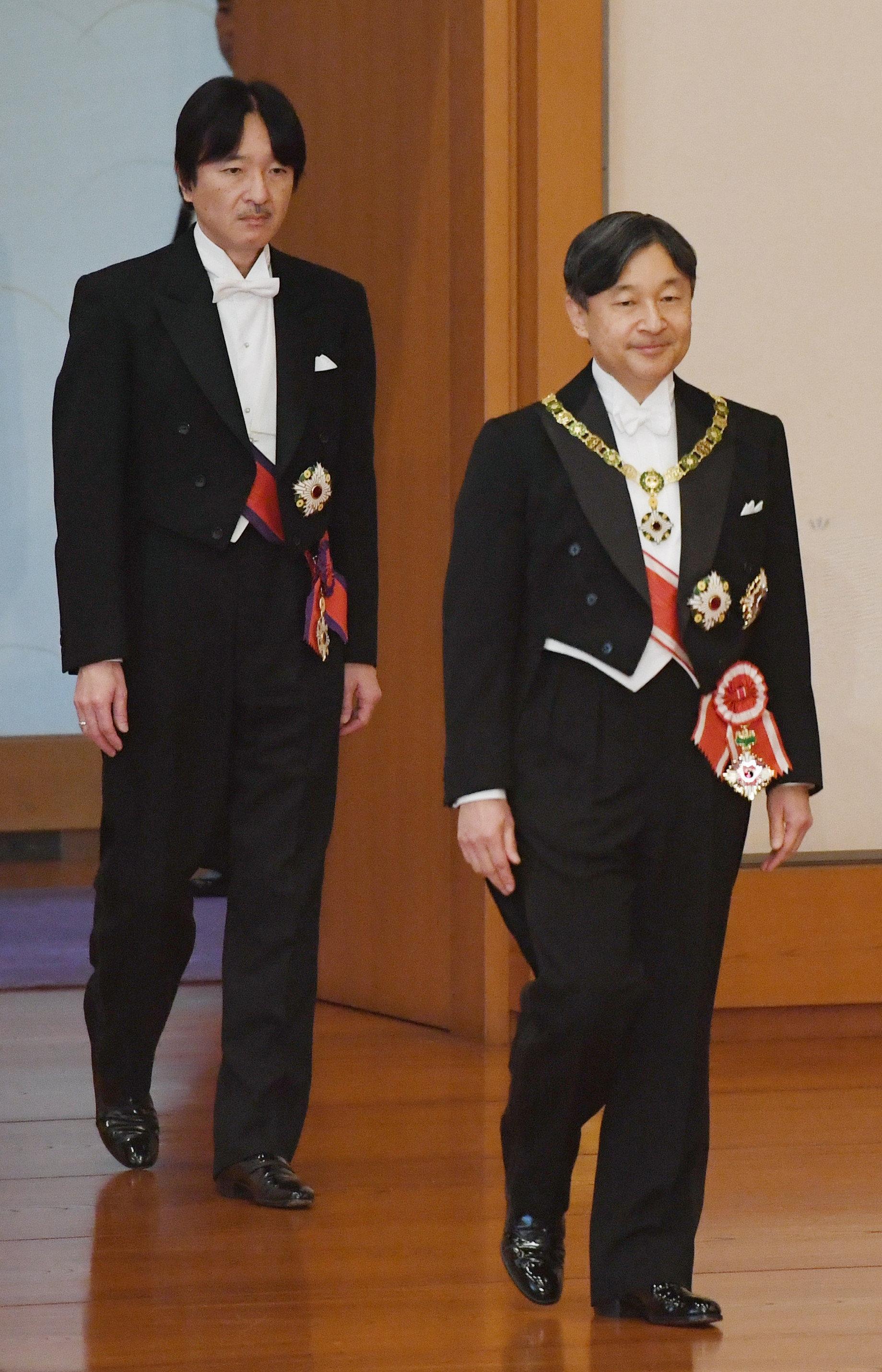 「剣璽等承継の儀」に臨まれる新天皇陛下と皇