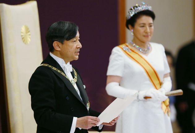 「即位後朝見の儀」でお言葉を述べられる新天皇陛下=1日午前、皇居・宮殿「松の間」[代表撮影]