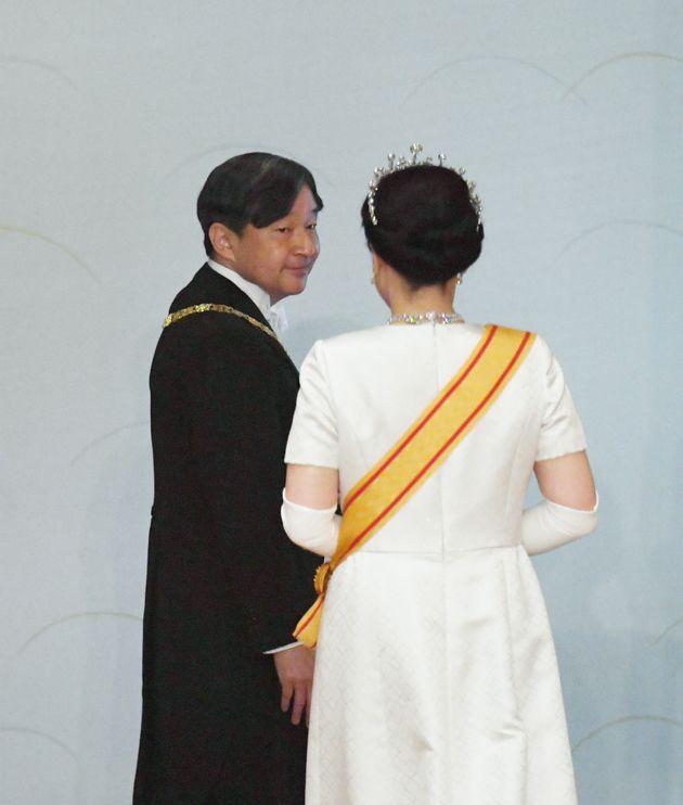 「即位後朝見の儀」を終え「松の間」を出られる新天皇、皇后両陛下=1日午前、皇居・宮殿「松の間」[代表撮影]