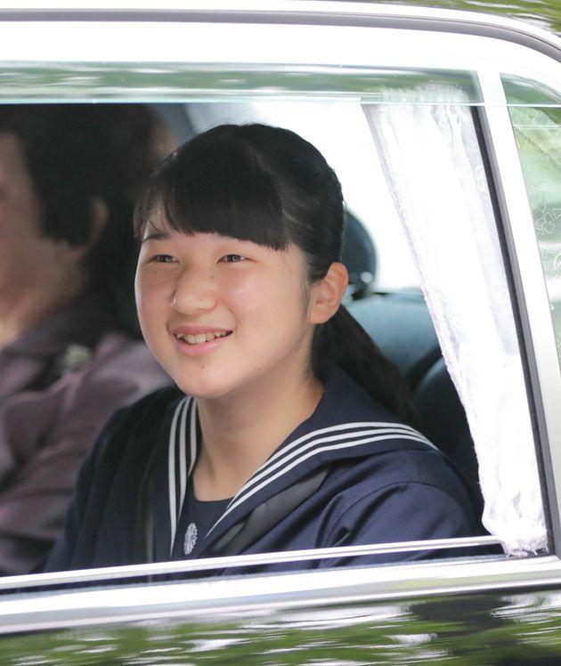 赤坂御用地を出られる天皇、皇后両陛下の長女愛子さま=1日午後、東京都港区
