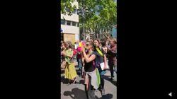 Manifestations du 1er mai: Des Français chantent...La Casa Del