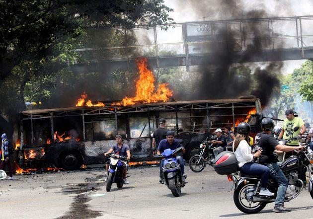Confrontos entre aliados e oposicionistas do ditador Nicolás Maduro tomaram as ruas de Caracas,...