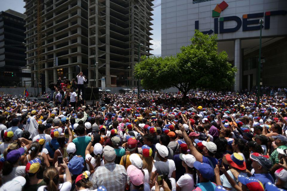 Βενεζουέλα: Το κάλεσμα στον στρατό, οι διαδηλώσεις και οι