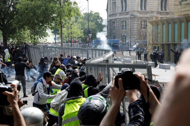 Heurts devant le commissariat du 13e arrondissement à Paris le 1er mai