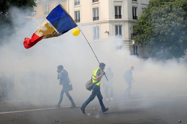 Un gilet jaune manifestant à Paris le 1er janvier