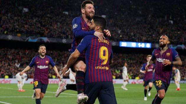 Lionel Messi fête son but face à Liverpool dans les bras de Luis Suarez, au Camp Nou, ce...